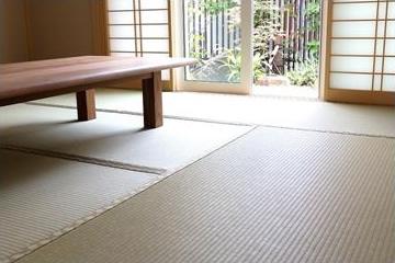 庭のグリーンと調和する床暖房付きの和室